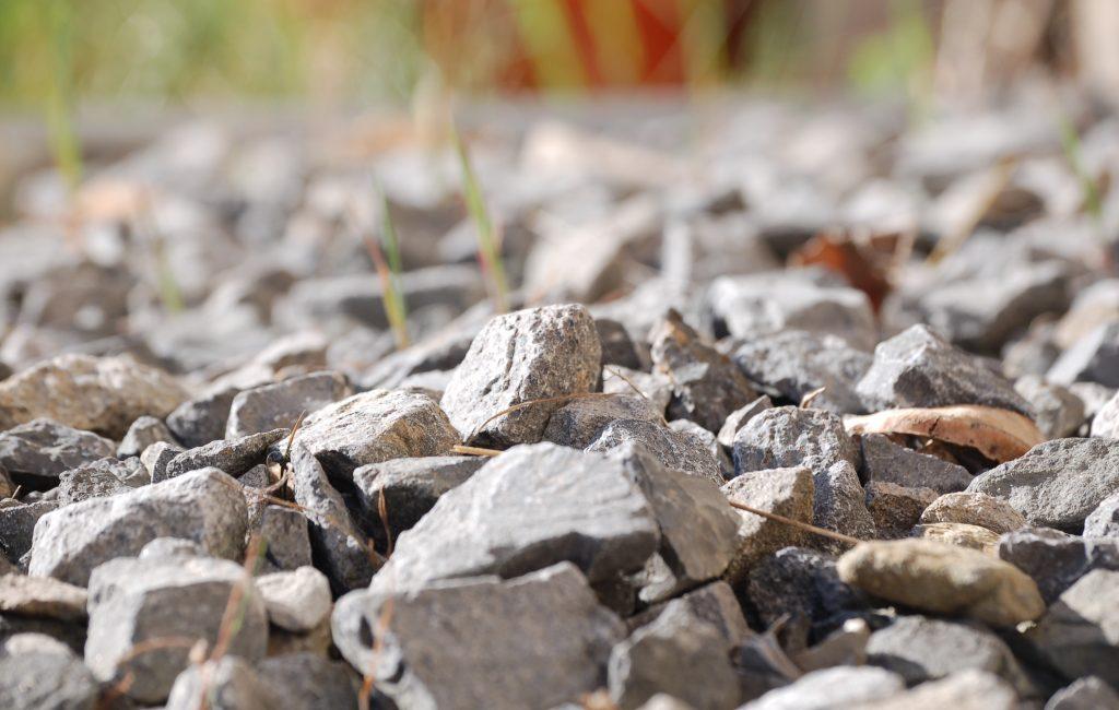 Steine am Rande des Hauses